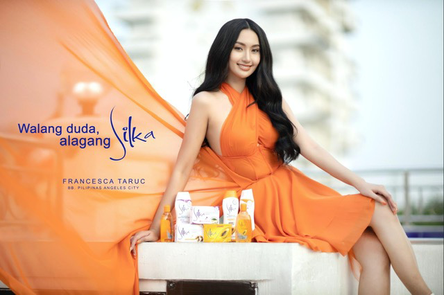 Binibining Pilipinas, together with Silka, awards the first ever winner of Miss Alagang Silka